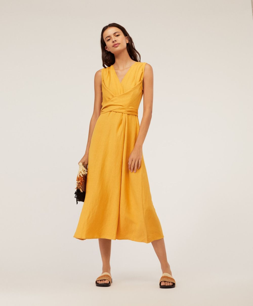 Vestido de lino de Oysho.