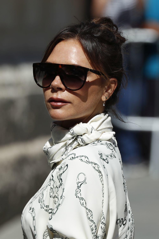 Victoria Beckham prefiere las gafas de sol maxi.