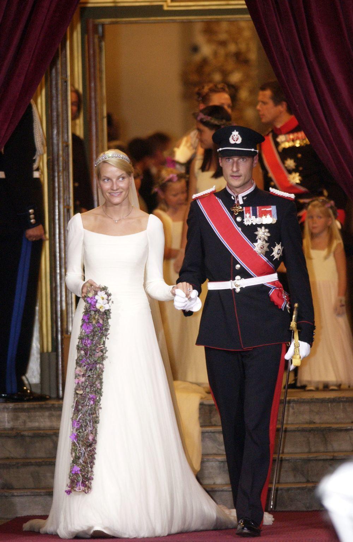 Mette Marit y Hakoon de Noruega el día de su boda el 25 de agosto de...