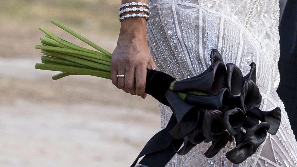 Pilar Rubio eligió para su boda un ramo de calas negras.