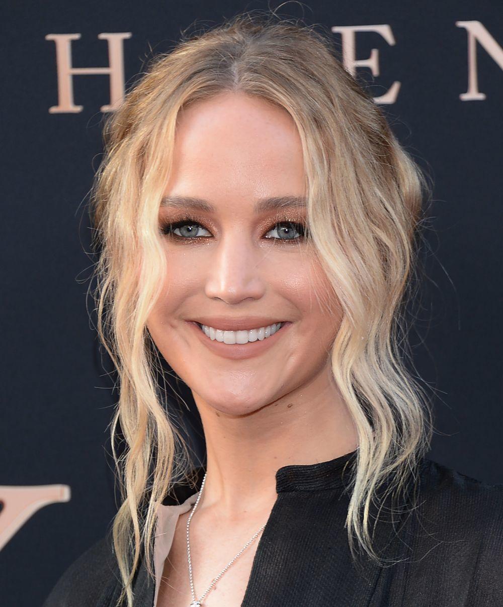 Jennifer Lawrence con su moño messy para pelo rizado relajado y con...