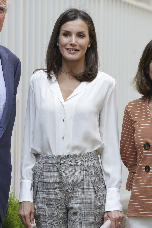 La reina Letizia tiene el conjunto imbatible para ir a trabajar en...