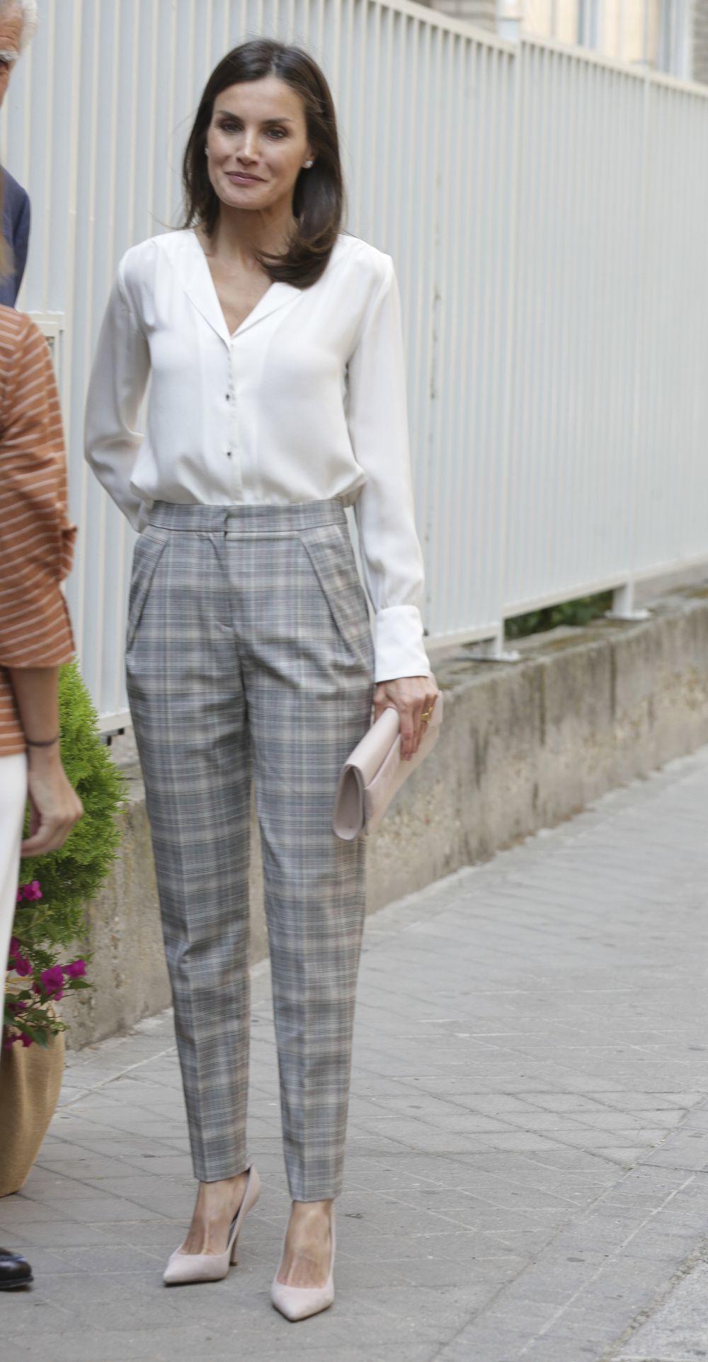 La reina Letizia con camisa y pantalones de cuadros.