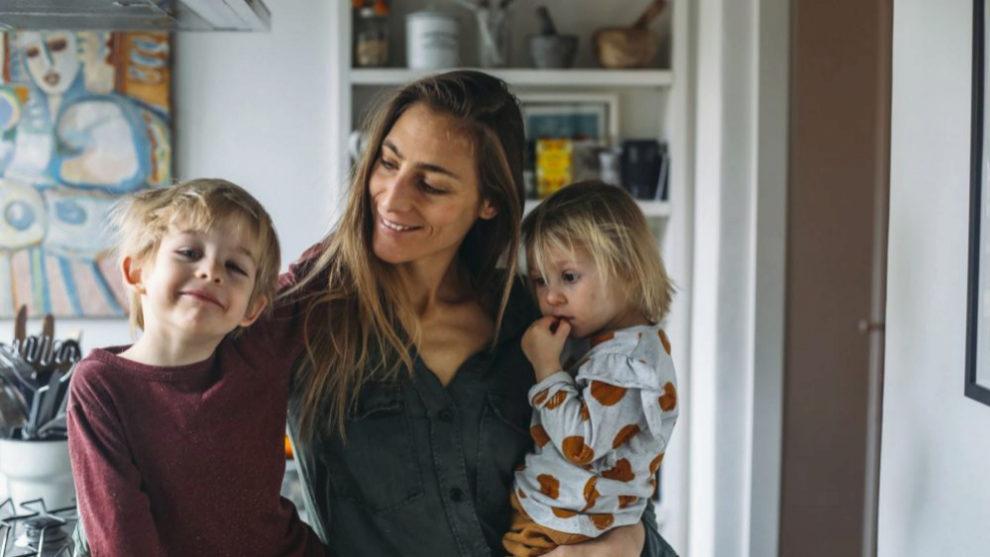 La autora de Being Biotiful y sus dos hijos.