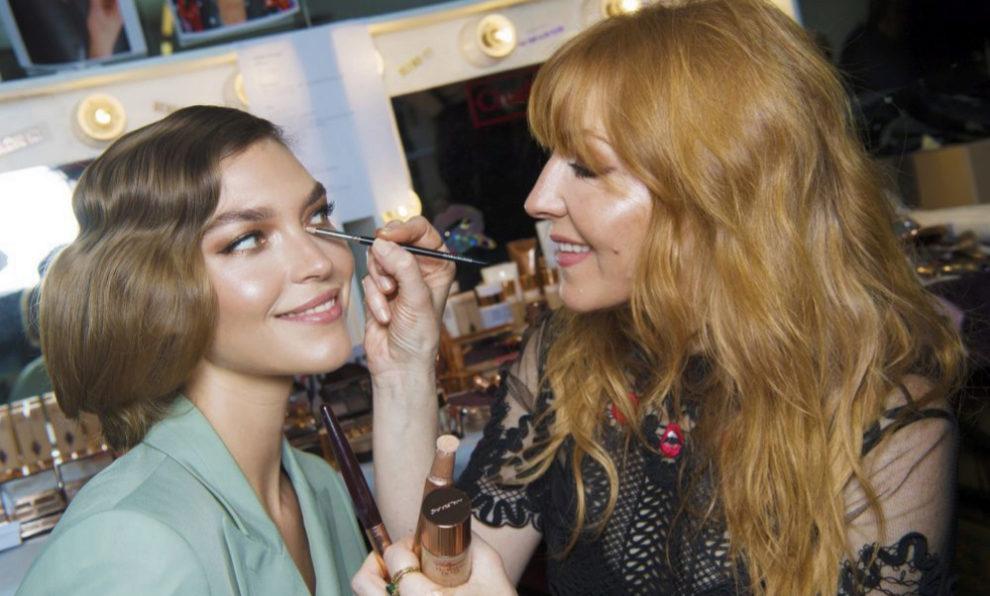 Charlotte Tilbury maquillando a la modelo Arizona Muse