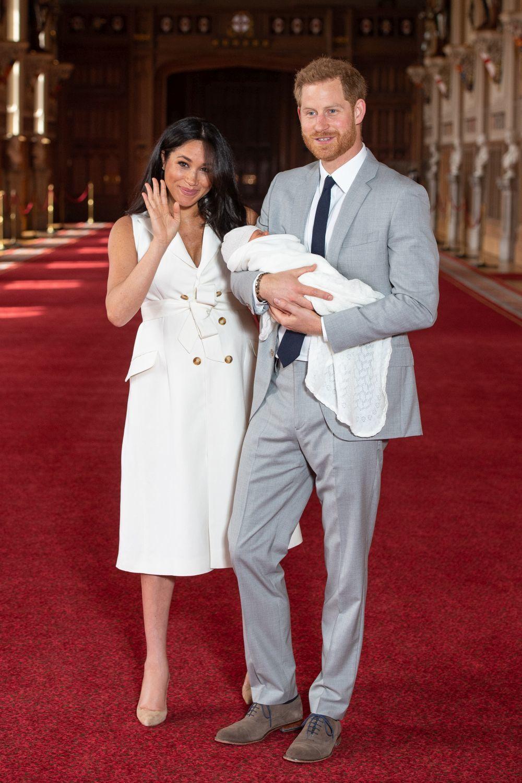 Meghan Markle y el príncipe Harry el día que presentaron a su hijo.
