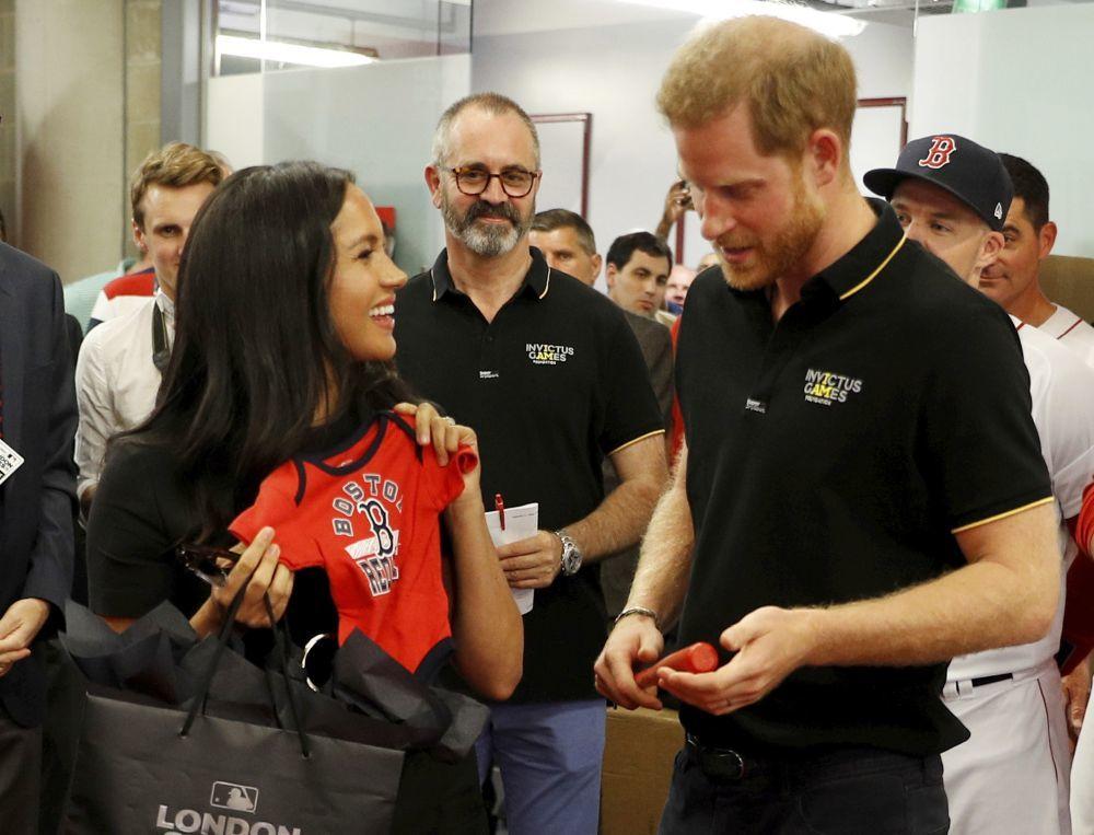 Los Duques de Sussex reciben una camiseta para el pequeño Archie.