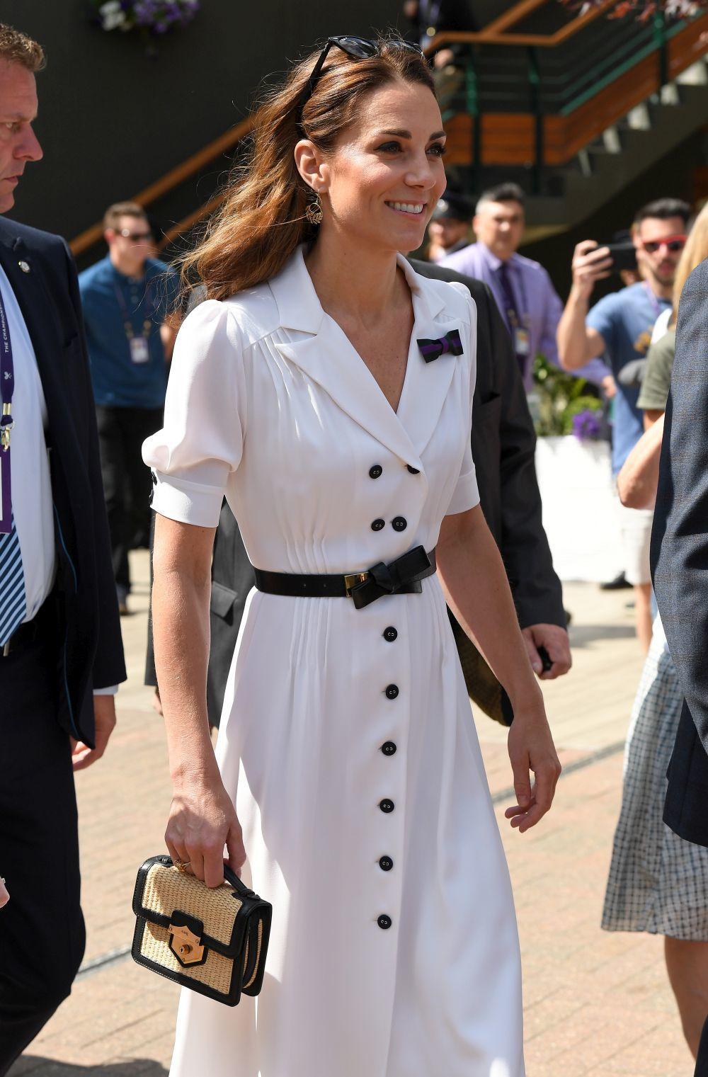 La Duquesa ha coordinado su look con un bolso de rafia de Dolce &...