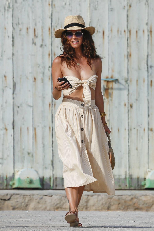 La actriz con un look de dos piezas de aires boho con sandalias...