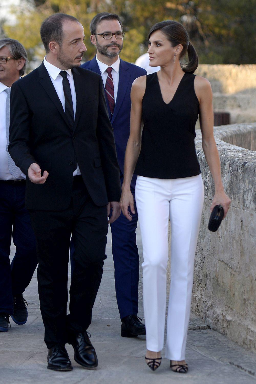 La reina Letizia con un look blanco y negro.