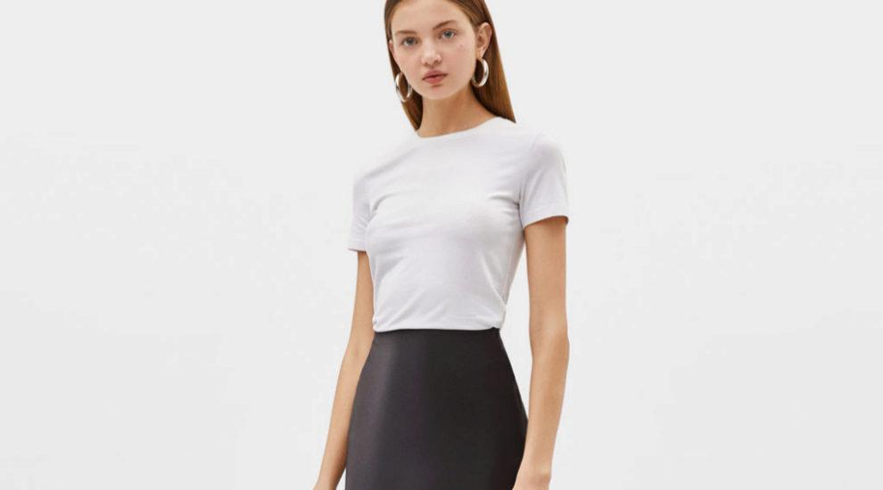 Una falda larga y una sencilla camiseta blanca puede ser un look para...