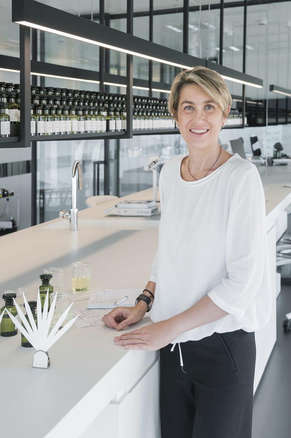 Elisabeth Vidal en su laboratorio en la sede de Puig.