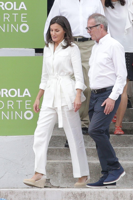 Doña Letizia apuesta por el blanco y las alpargatas.