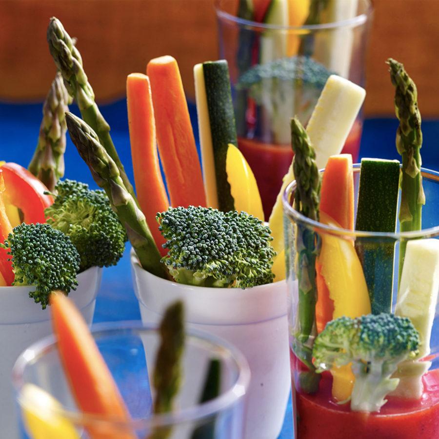 Los bastones de verdura o crudités para dipear son una buena opción...