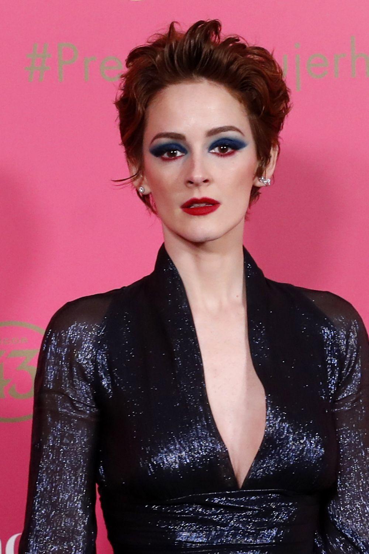 Ana Polvorosa combina su corte de pelo pixie con un color caoba muy...