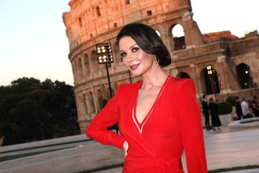 Catherine Zeta-Jones en el front row del desfile de Fendi en Roma con...