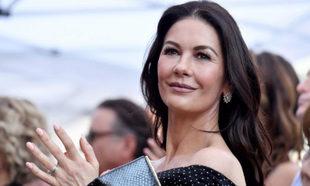Catherine Zeta-Jones con su melena castaña larga y con ondas en Los...