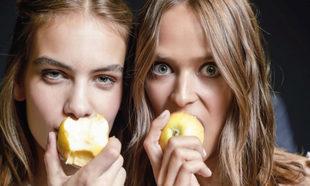 La manzana no falta como snack de las modelos en las pasarelas de la...
