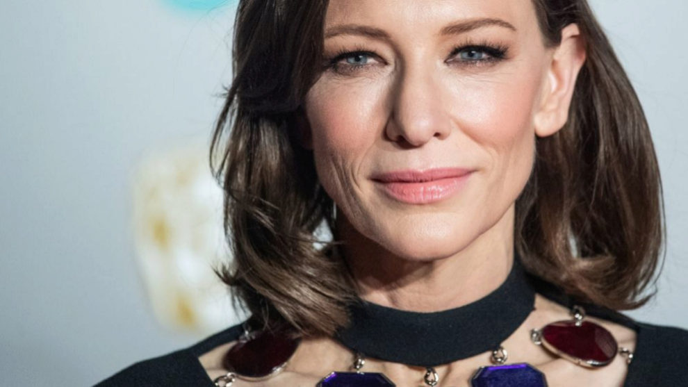 Cate Blanchett con un long bob castaño con gesto en las puntas muy...