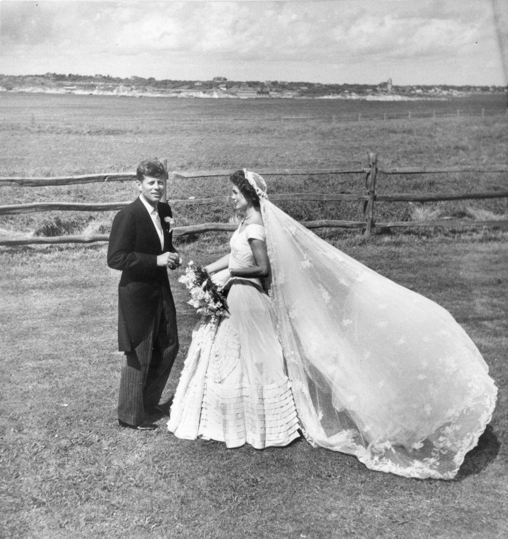 La boda tuvo luhar el 12 de septiembre de 1953 en la pequeña iglesia...