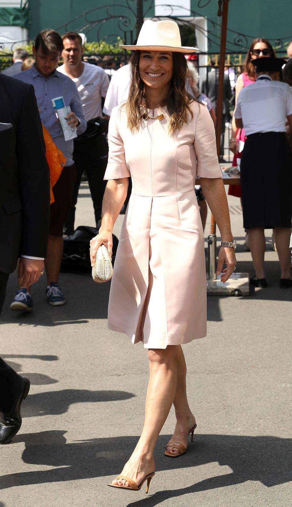 La hermana de Kate Middleton con un elegante estilismo rosa acude a...