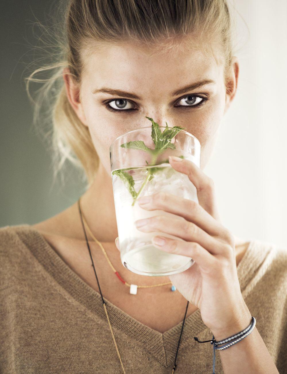 Una dieta equilibrada y una buena hidratación son fundamentales para prevenir los síntomas y combatir las enfermedades víricas como ésta.