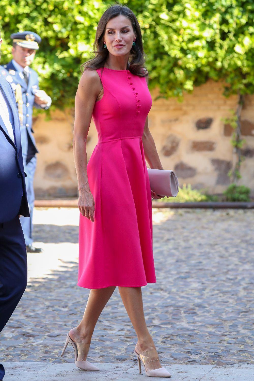 La reina Letizia con un vestido fucsia de Carolina Herrera.
