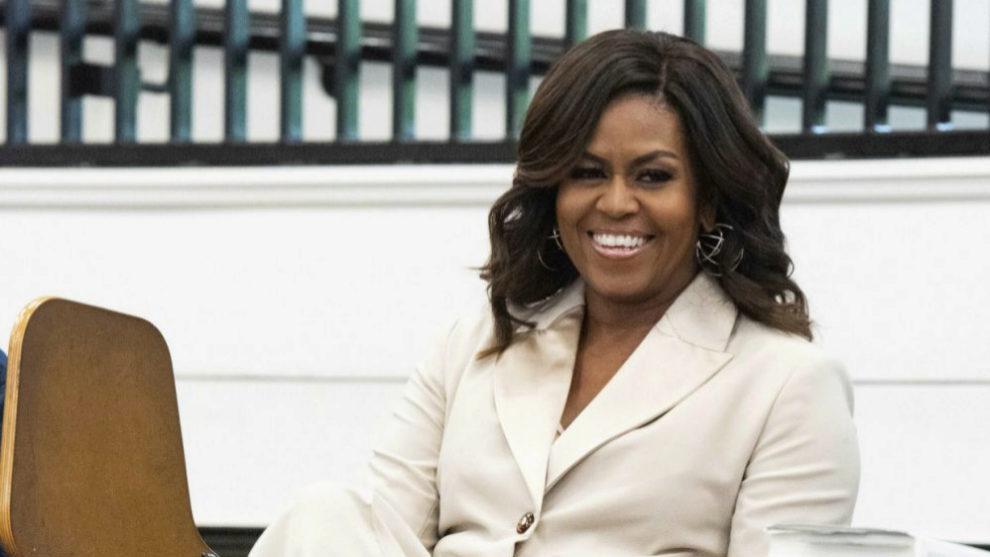 Michelle Obama con su melena con ondas y en tono castaño chocolate a...