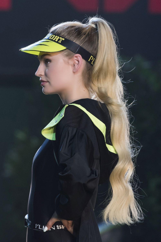Philipp Plein ha propuesto coleteros sporty con viseras para sofocar el calor de los días de verano sin renunciar al estilo athleisure. .