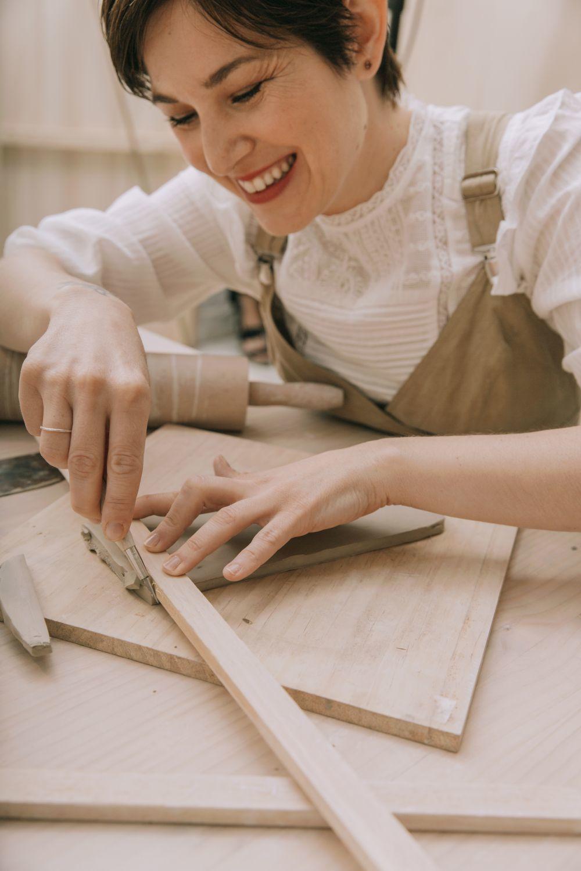 Candela Madaria, ceramista y creadora de Bureau Mad con blusa de...
