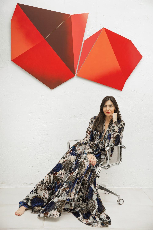 Anita Suárez de Lezo en su estudio con vestido de Duyos.