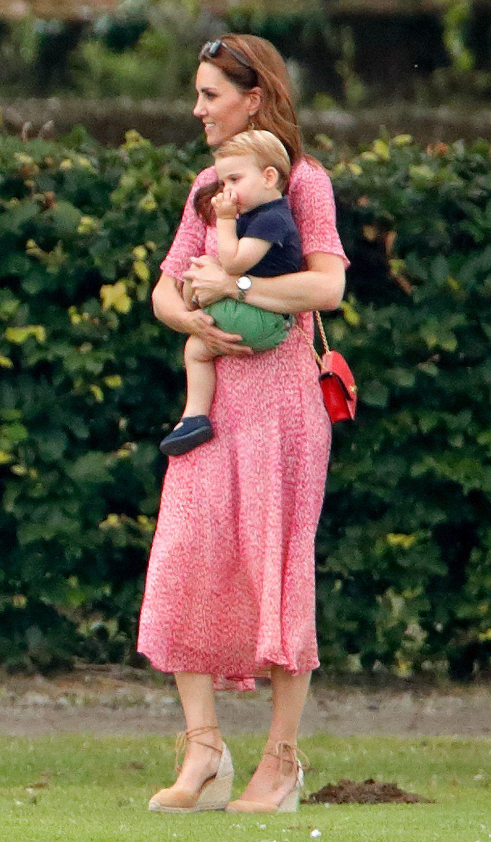 Kate Middleton en el polo con el príncipe Louis.