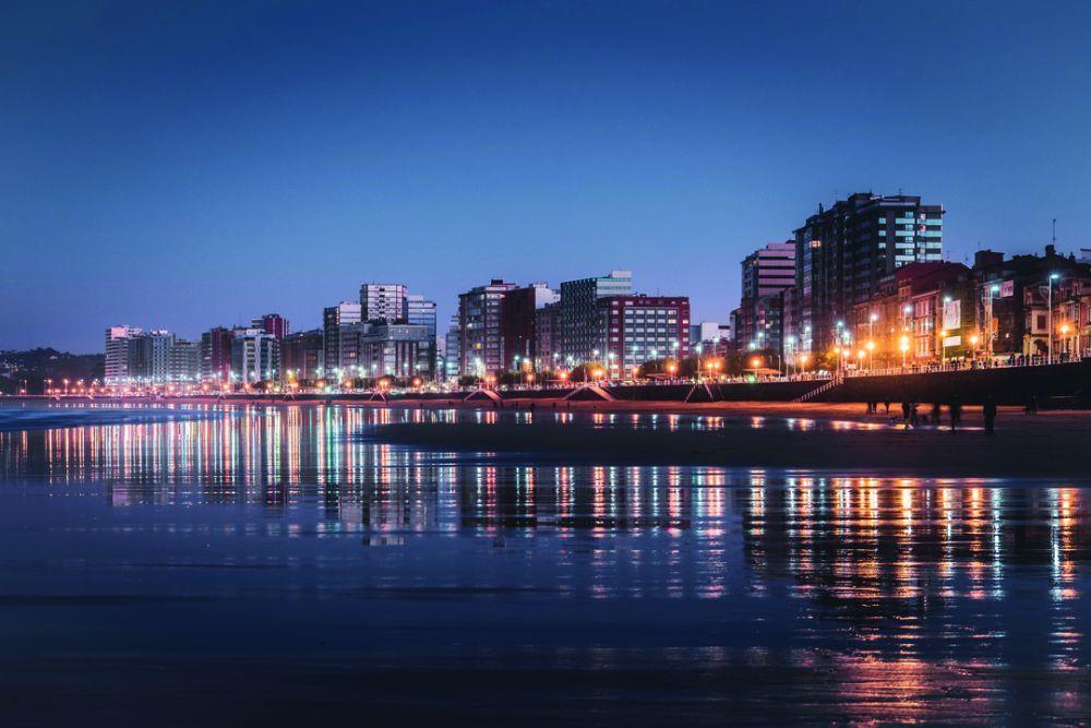 Vista de la playa de San Lorenzo de noche. Paco Currás S.L.