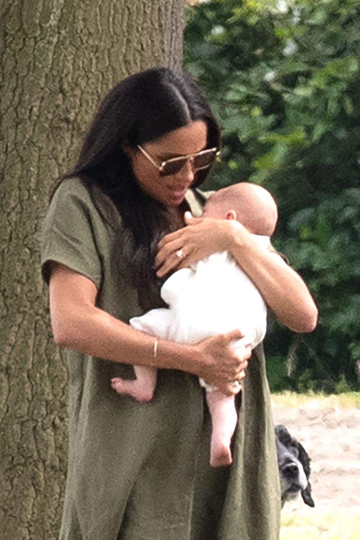 Meghan Markle ha sido muy criticada en las redes por la forma de coger a su bebé.