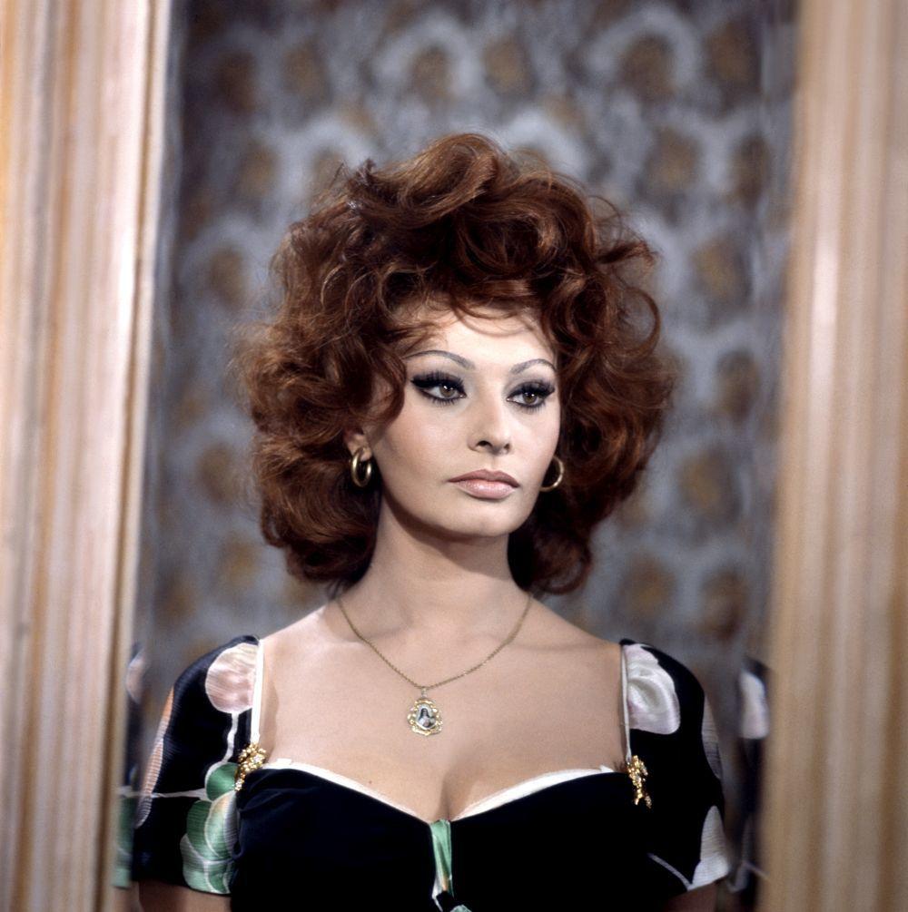 """Sophia Loren con un maquillaje de ojos de gata con eyeliner y máscara de pestañas espectacular en 1964 en el rodaje de """"Matrimonio a la italiana""""."""