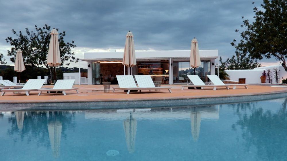 Can Toni Xumeu cuenta con una piscina y La Era Restaurante, del chef...