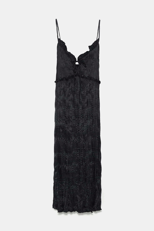 Vestido lencero con tejido arrugado de Zara