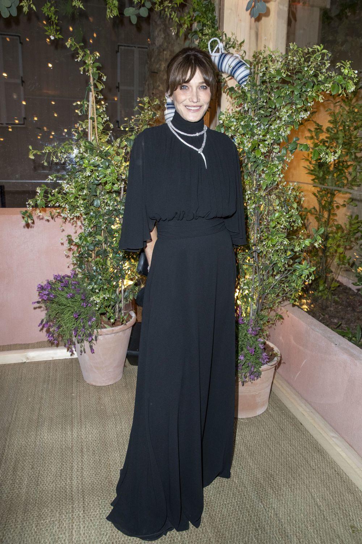 Carla Bruni en una fiesta, con vestido largo y collar de diamantes.