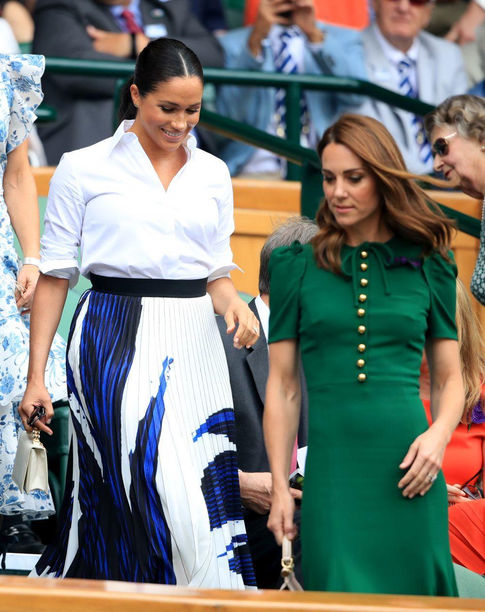 Meghan Markle y Kate Middleton toman asiento.