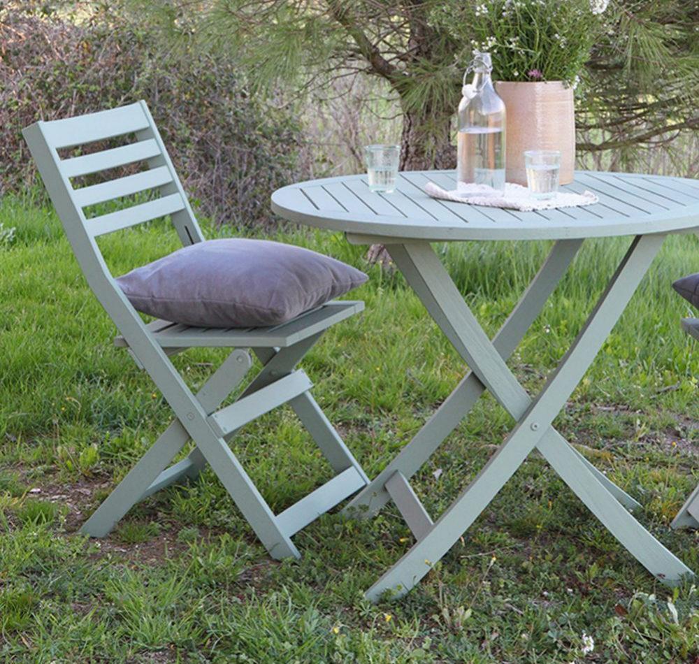 Mesa de jardín después aplicar la pintura.
