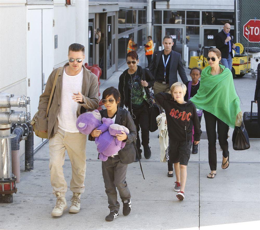 Angelina y Brad con sus hijos.