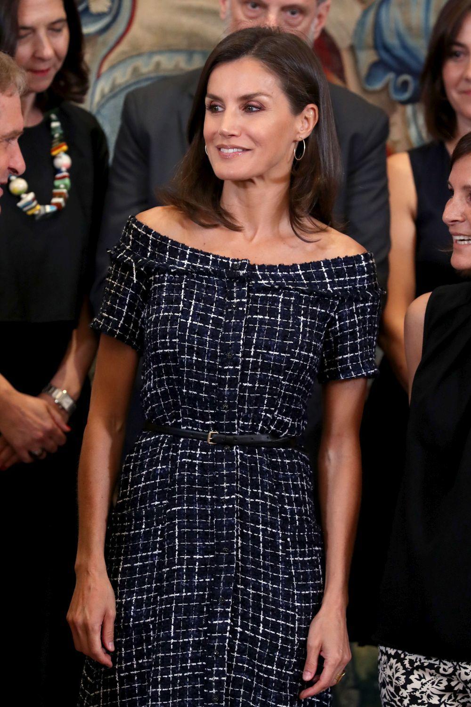 La reina Letizia se pasa por las rebajas de Zara, como demuestra este...