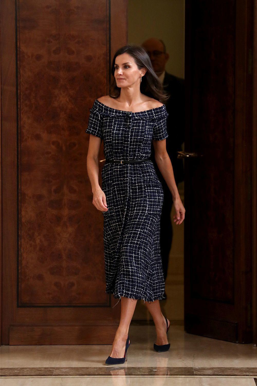La reina Letizia con un vestido de tweed de Zara.