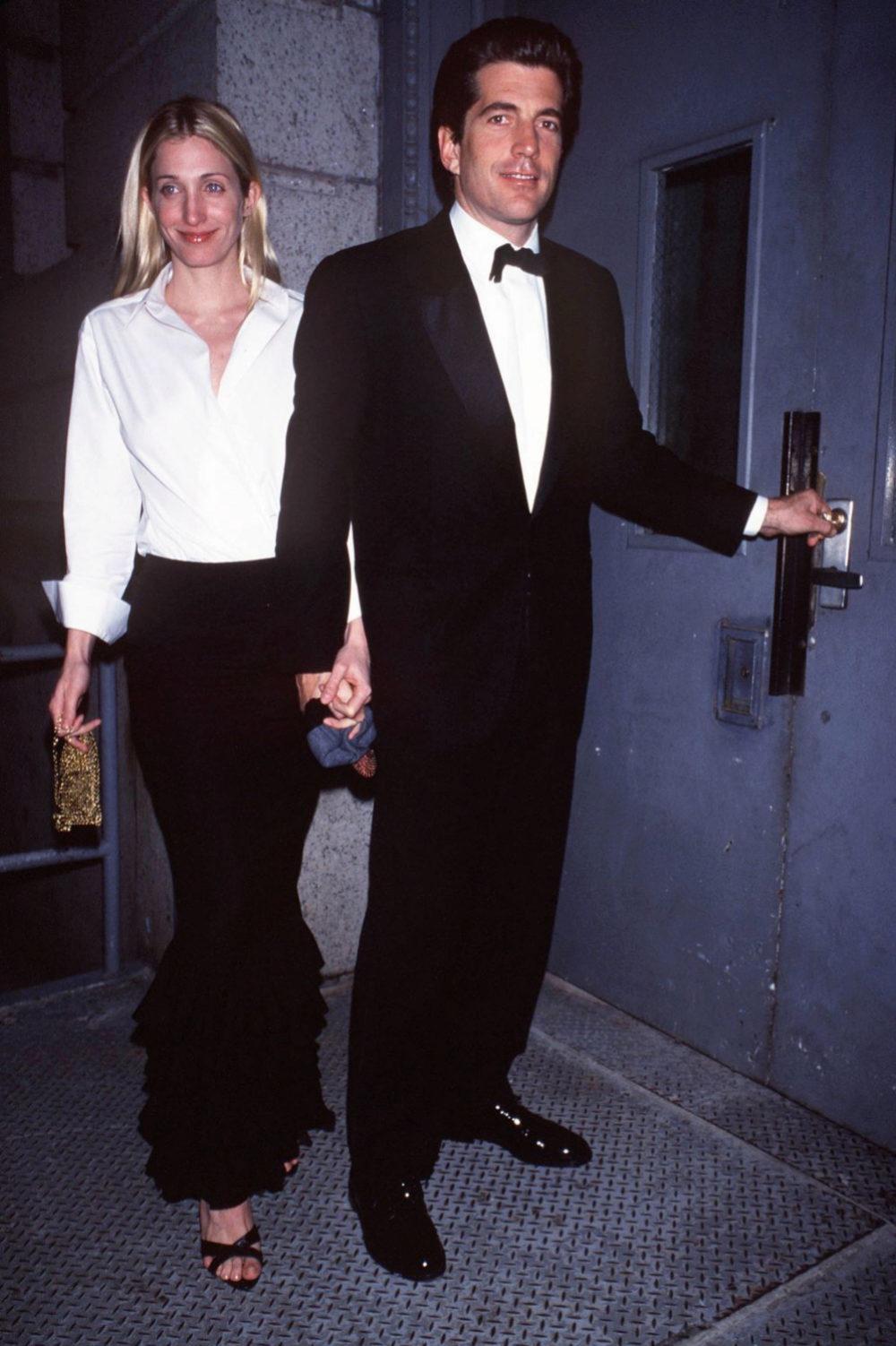 Marzo de 1999, John y Carolyn entran en su apartamento de Nueva York.