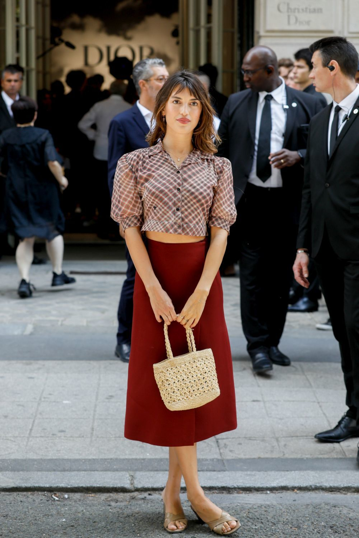 El bolso de rafia, un imprescindible en los looks de la parisina.