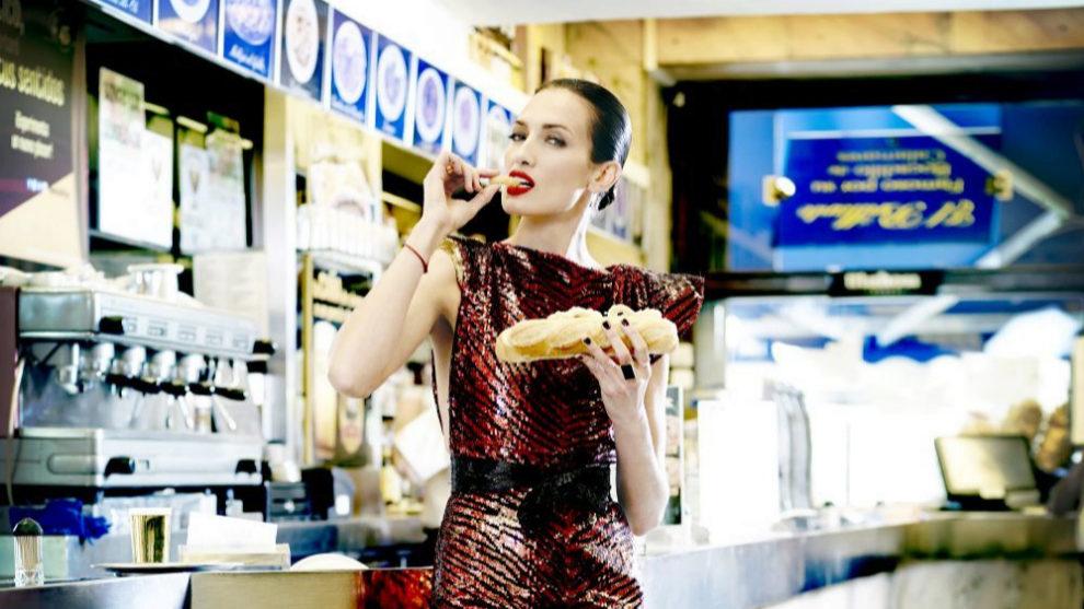 La modelo Nieves Álvarez  saboreando un bocadillo de calamares en un...