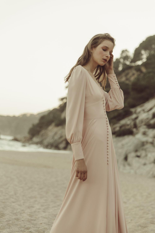 Vestido rosa empolvado con marga larga y botones, de Avec Studio.