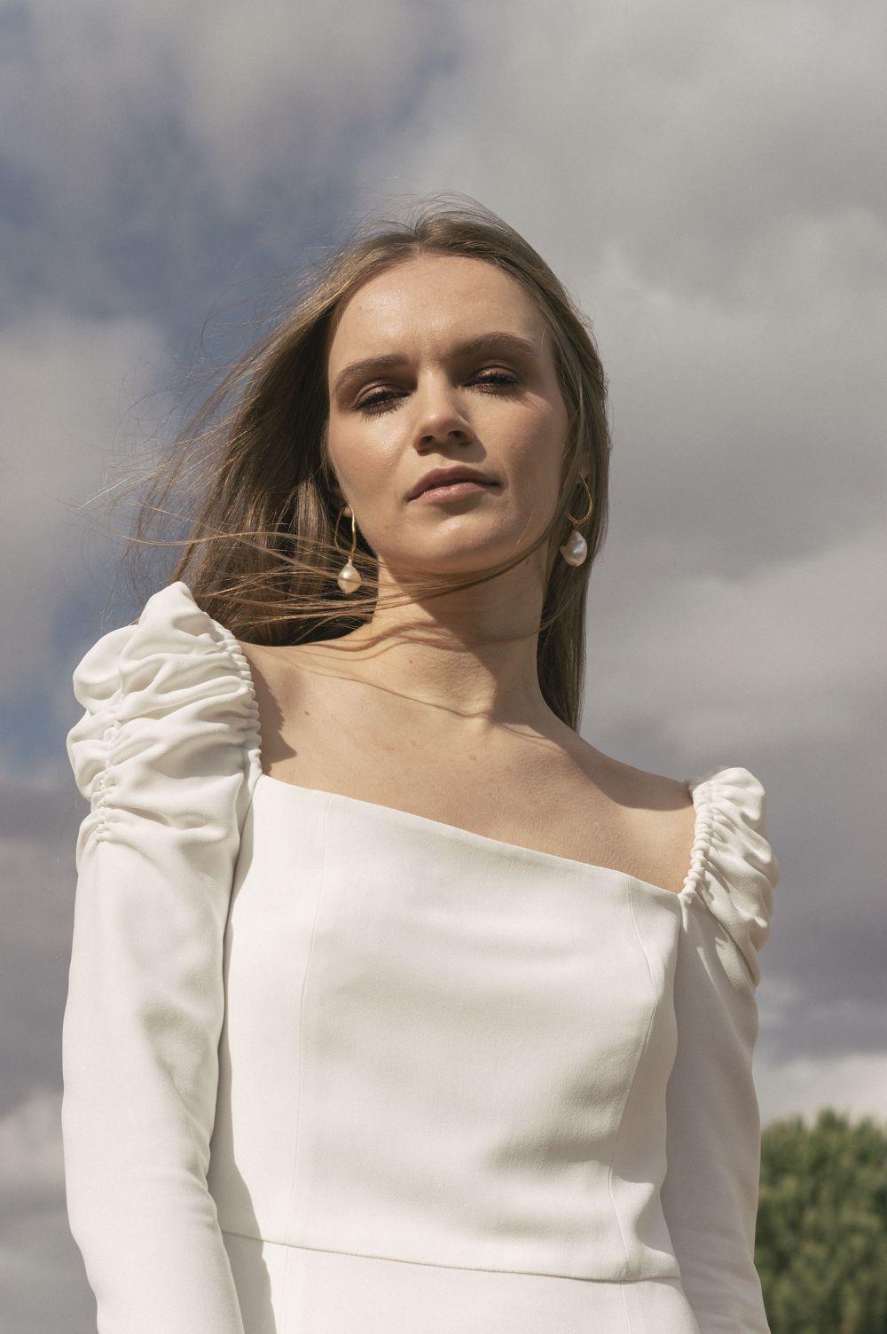 Vestido con cuello cuadrado y mangas abullonadas, de Laura Viera.