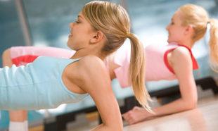 Entrenadores profesionales diseñan una serie de ejercicios básicos...