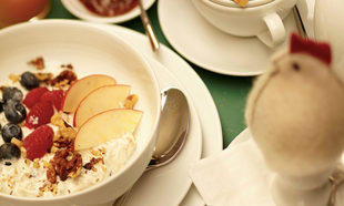 Granola con yogur y frutas: un desayuno de cinco estrellas.